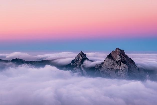 Piękne Zdjęcie Lotnicze Gór Fronalpstock W Szwajcarii Pod Pięknym Różowym I Niebieskim Niebem Darmowe Zdjęcia