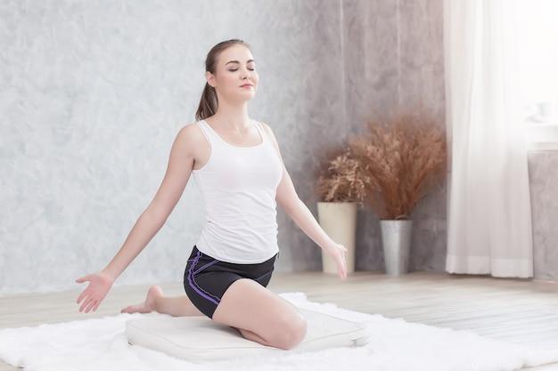 Piękne, Zdrowe Kobiety Robi Joga, Zamknięte Oczy, Relaks, Koncentrat Medytacji Premium Zdjęcia