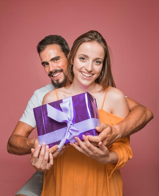 Pięknego pary mienia prezenta purpurowy pudełko przeciw barwionemu tłu Darmowe Zdjęcia