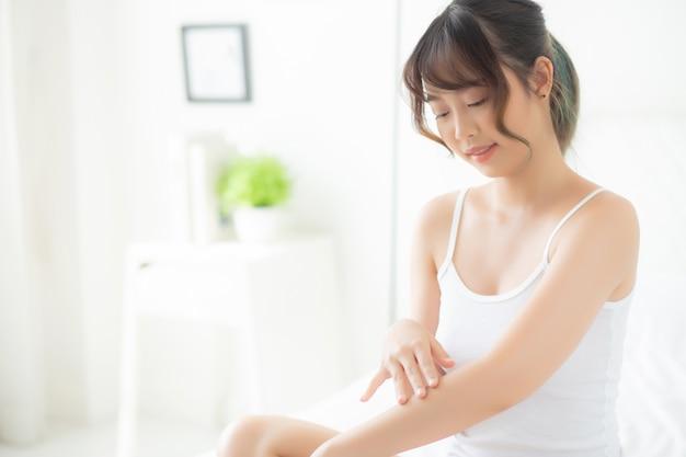 Pięknego Portreta Kobiety Młody Azjatykci Uśmiech Stosuje Sunscreen śmietankę Premium Zdjęcia