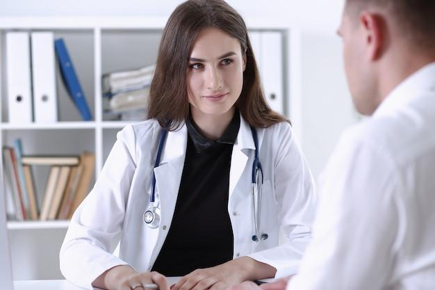 Pięknego Uśmiechniętego Kobiety Lekarki Chwyta Srebny Pióro Premium Zdjęcia