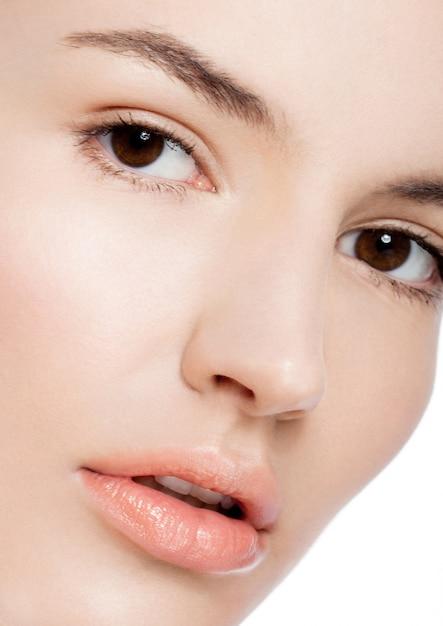 Pięknej Kobiety Dziewczyny Makeup Zdroju Skóry Opieki Naturalny Portret Na Białym Tle Premium Zdjęcia