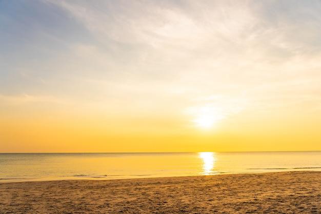 Pięknej Tropikalnej Natury Plaży Denny Ocean Przy Zmierzchem Lub Wschodem Słońca Darmowe Zdjęcia