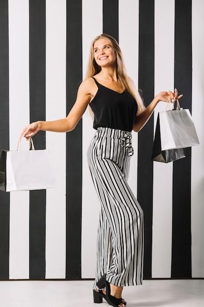 Piękni młodej kobiety mienia torba na zakupy Darmowe Zdjęcia