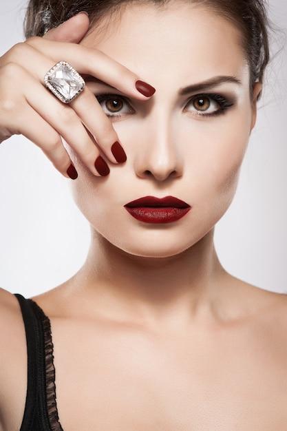 Piękni Potomstwa Modelują Z Czerwonymi Wargami I Czerwonym Manicure'em Premium Zdjęcia