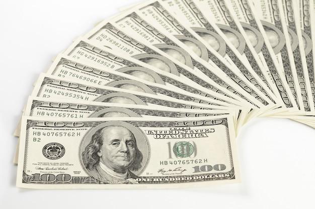 Pięknie Rozłożone Dolary Na Białym Stole. Dolary Amerykańskie Na Białym Tle. Pojęcie Finansów I Kursów Walutowych. Koncepcja Inwestycji I Wygranej Premium Zdjęcia