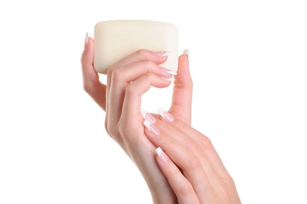 Piękno Kobiet Ręka Trzyma Białe Mydło Darmowe Zdjęcia