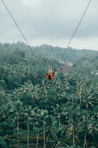 Piękno kobieta na huśtawce, bali natura, szczęśliwa twarz, dżungla Darmowe Zdjęcia
