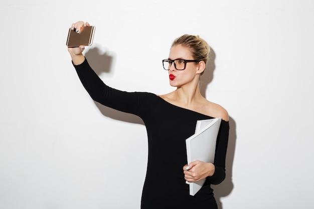 Piękno Kobieta W Sukni I Okularach Robi Selfie Na Smartphone Darmowe Zdjęcia