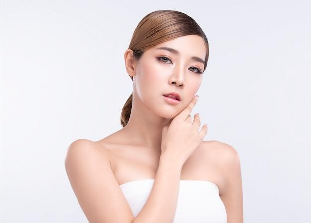 Piękno młoda azjatykcia kobieta z doskonałą skórą twarzy. gesty reklamy leczenia spa i kosmetologii. Premium Zdjęcia