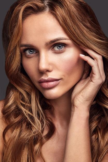 Piękno Mody Portret Młody Blond Kobieta Model Z Naturalnym Makeup I Perfect Skóry Pozować. Dotykając Jej Włosów Darmowe Zdjęcia