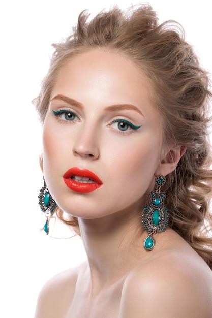 Piękno Portret Atrakcyjna Blondynka Młoda Dziewczyna Z Kręconymi Włosami Z Makijażem Mody Premium Zdjęcia