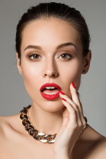 Piękno Portret Zaskoczony Młoda Kobieta Brunetka Dotyka Jej Twarzy Premium Zdjęcia