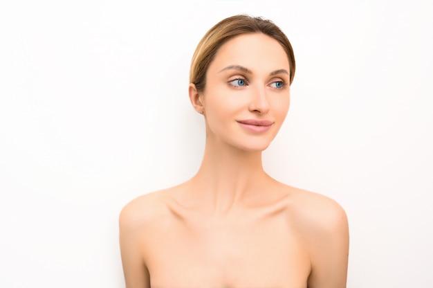 Piękno Skóry Kobiety Skóry Opieki Kosmetyka Zdrowy Pojęcie. Portret Kobiecej Twarzy. Dziewczyna Model Spa Z Idealnie świeżą, Czystą Skórą. Koncepcja Pielęgnacji Młodzieży I Skóry. Premium Zdjęcia