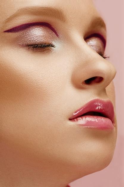 Piękno Twarz Młoda Moda Modela Kobieta Z Jaskrawymi Oczami I Wargami Darmowe Zdjęcia