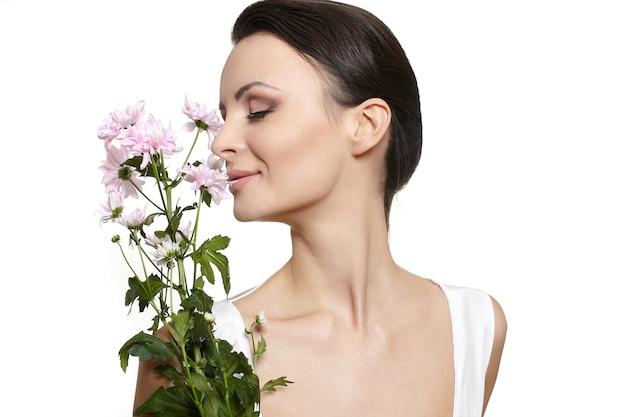 Piękno Twarz Młoda Piękna Kobieta Z Kolorowymi Kwiatami Odizolowywającymi Na Bielu Darmowe Zdjęcia