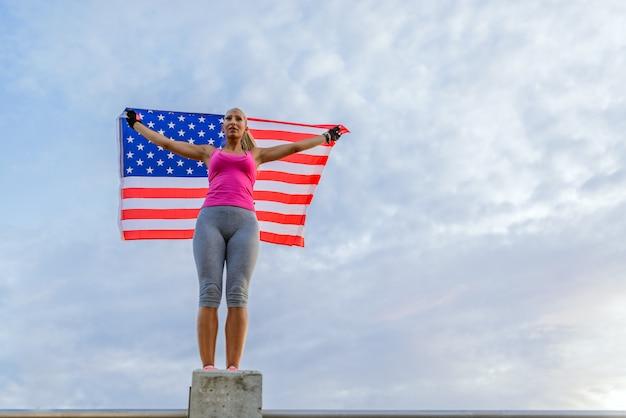 Piękny Amerykański Sportowiec Z Flagi Narodowej Premium Zdjęcia