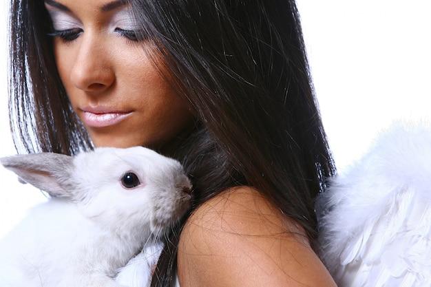 Piękny anioł z białym króliczkiem Darmowe Zdjęcia