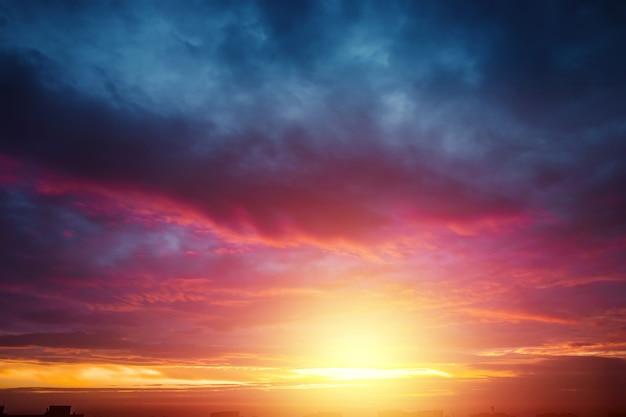 Piękny, atmosferyczny zachód słońca na niebie Premium Zdjęcia