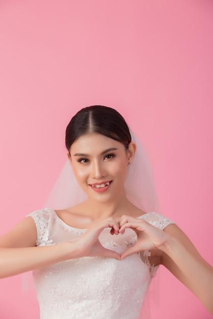 Piękny azjatykci panna młoda portret w menchiach Darmowe Zdjęcia