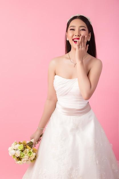 Piękny Azjatykci Panna Młoda Portret W Różowym Studiu Darmowe Zdjęcia