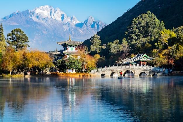 Piękny Basen Black Dragon Z Jade Dragon Snow Mountain, Punkt Orientacyjny I Popularne Miejsce Dla Turystów W Pobliżu Starego Miasta W Lijiang. Lijiang, Yunnan, Chiny Premium Zdjęcia