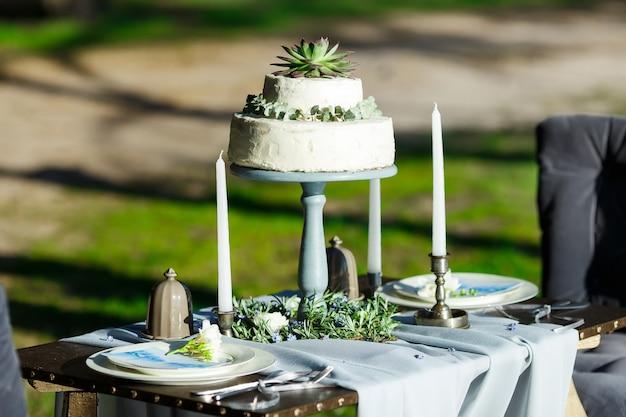 Piękny Biały ślubny Tort Z Kwiatami Plenerowymi Premium Zdjęcia