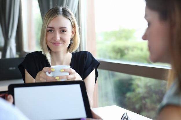 Piękny Blond Biznesowej Kobiety Portret Premium Zdjęcia