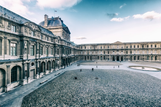 Piękny budynek pałacu w luwrze oraz w paryżu, francja Premium Zdjęcia
