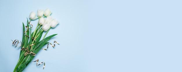 Piękny Bukiet Białych Tulipanów Na Niebieskim Tle Z Miejsca Na Twój Tekst Transparent Premium Zdjęcia