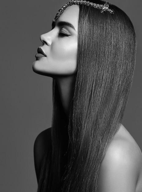 Piękny Czarno-biały Portret Dziewczyny Darmowe Zdjęcia