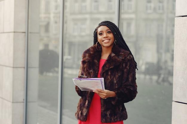 Piękny Czarny Bizneswoman W Wiosny Mieście Darmowe Zdjęcia