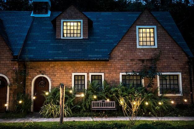 Piękny czerwony cegła dom z dekoracyjnymi światłami Darmowe Zdjęcia