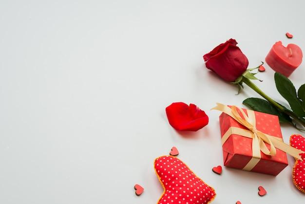 Piękny Czerwony Kwiat Róży Z Serca I Pudełko Premium Zdjęcia