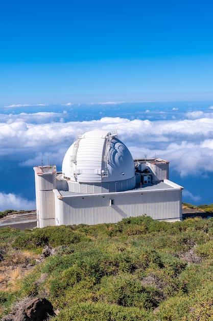 Piękny Gigantyczny Teleskop Na Roque De Los Muchachos Na Szczycie Caldera De Taburiente, La Palma, Wyspy Kanaryjskie. Hiszpania Premium Zdjęcia