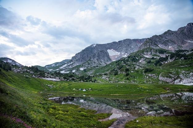 Piękny Górski Krajobraz W Pochmurny Letni Dzień. Republika Adygei Premium Zdjęcia