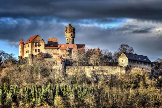 Piękny Historyczny Zamek Pod Ciemnym Pochmurnym Niebem Darmowe Zdjęcia