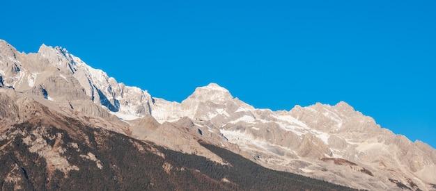 Piękny Jade Dragon Snow Mountain Lub Yulong W Języku Chińskim, Punkt Orientacyjny I Popularne Miejsce Dla Turystów W Pobliżu Starego Miasta W Lijiang. Lijiang, Yunnan, Chiny Premium Zdjęcia