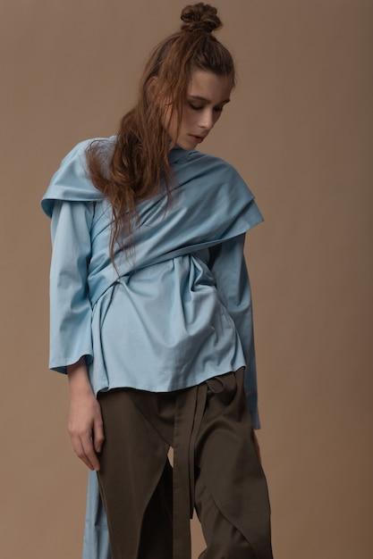 Piękny Kaukaski Model Brunetka Pozowanie W Markowej Odzieży Premium Zdjęcia