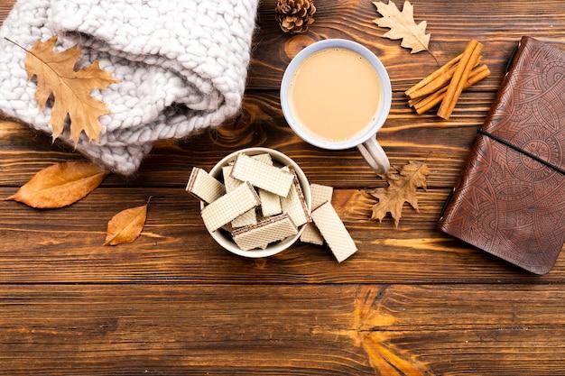 Piękny Kawy I Opłatków Układ Na Drewnianym Tle Darmowe Zdjęcia