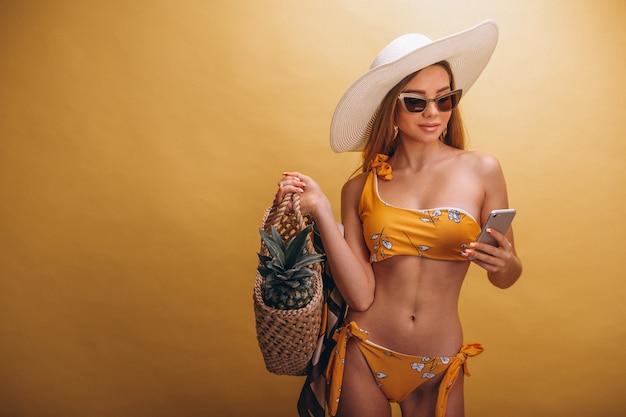 Piękny kobieta model w swimminmg kostiumu odizolowywającym Darmowe Zdjęcia