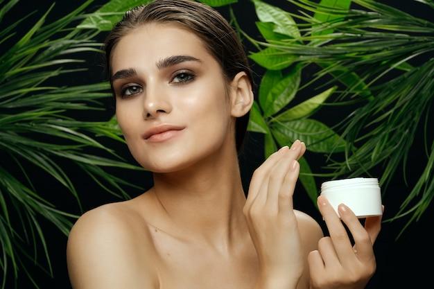 Piękny Kobieta Portret Między Palmowymi Liśćmi Premium Zdjęcia