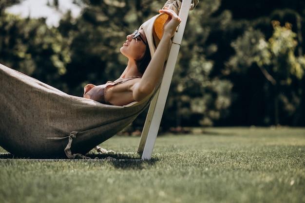 Piękny Kobiety Lying On The Beach W Hamaku Jest Ubranym Dużego Sunhat Darmowe Zdjęcia