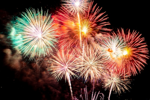 Piękny Kolorowy Pokaz Sztucznych Ogni W Nocy Dla świętowania Darmowe Zdjęcia