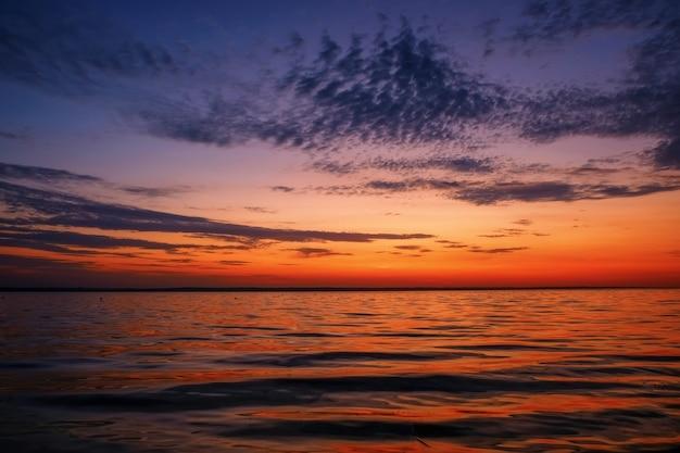 Piękny Kolorowy Zachód Słońca Nad Morzem. Premium Zdjęcia