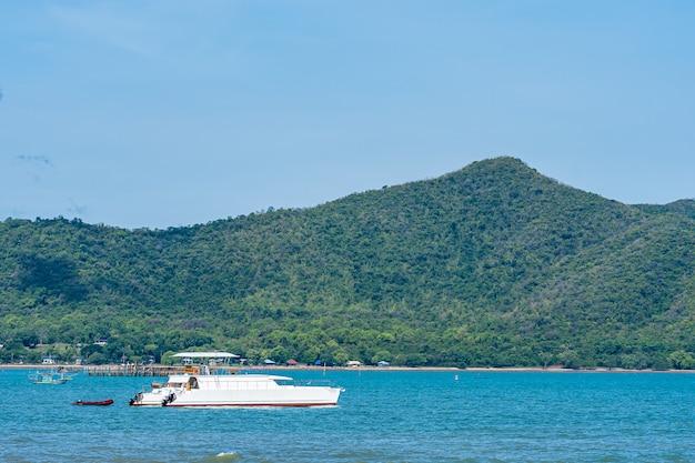 Piękny Krajobraz Denny Ocean W Pattaya Tajlandia Z łodzią Darmowe Zdjęcia