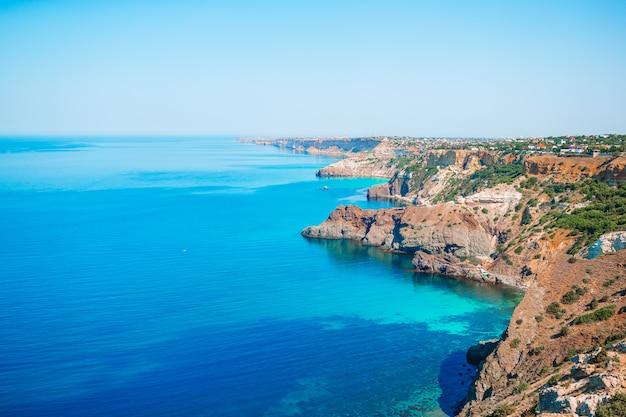 Piękny Krajobraz Morski. Niesamowita Kompozycja Natury Z Górami I Klifami. Premium Zdjęcia