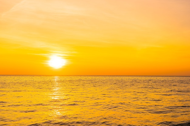 Piękny Krajobraz Morza O Zachodzie Słońca Lub Wschodzie Słońca Darmowe Zdjęcia