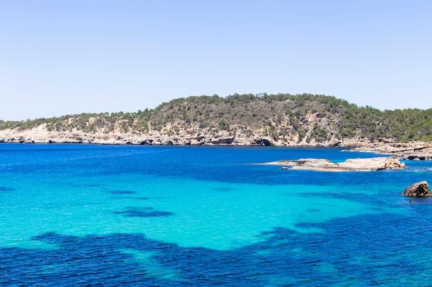 Piękny Krajobraz Na Ibizie Niebieski Ocean W Słoneczny Dzień Z łodzi Na Horyzoncie. Koncepcja Lato I Wakacje. Premium Zdjęcia