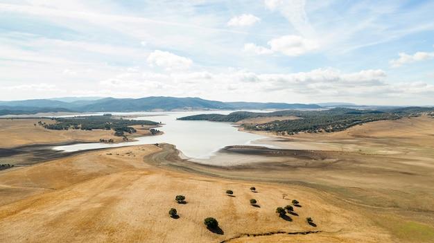 Piękny krajobraz z drzewami i jeziorem wzięty przez drona Darmowe Zdjęcia